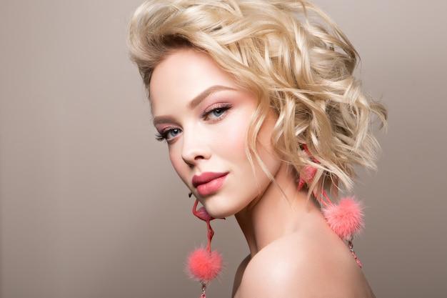 Glamourporträt des schönen mädchenmodells mit make-up und romantischer gewellter frisur.