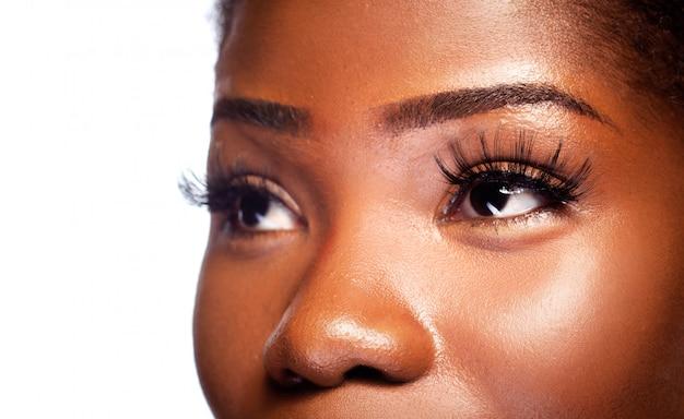 Glamur-blick eines jungen schönen afrikanischen weiblichen auges im schönheits-haut-konzept.