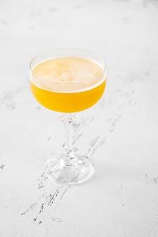 Glas algonquin-cocktail auf weißem hölzernem hintergrund