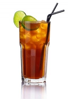 Glas alkohol cocktail mit kalk isoliert
