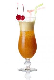 Glas alkohol cocktail mit kirsche isoliert
