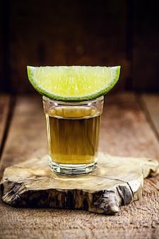 Glas alkoholisches getränk mit zitrone, destilliert aus zuckerrohr, in brasilien