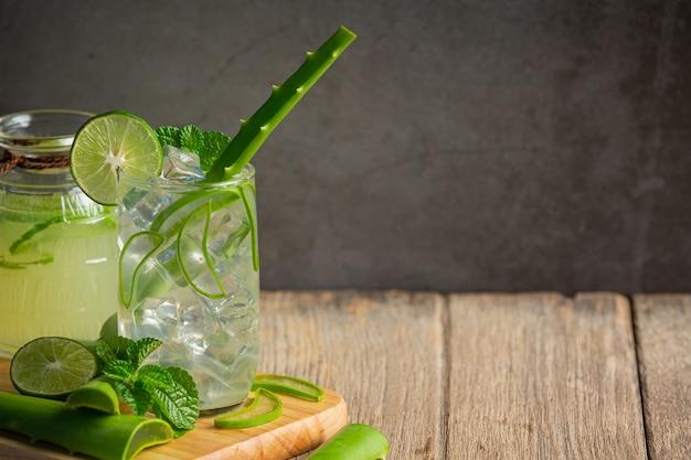 Glas aloe vera saft auf holzschneidebrett setzen