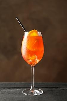 Glas aperol-spritz-cocktail auf hölzernem hintergrund