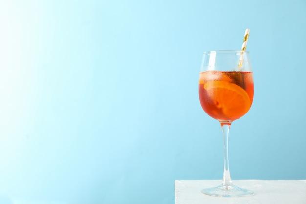 Glas aperol spritz cocktail gegen blau