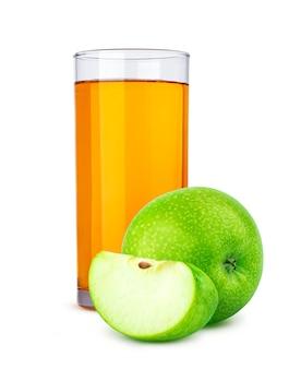 Glas apfelsaft und geschnittene äpfel lokalisiert auf weißem hintergrund