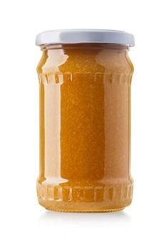 Glas aprikosen- oder pfirsichmarmelade isoliert auf weißem hintergrund mit beschneidungspfad