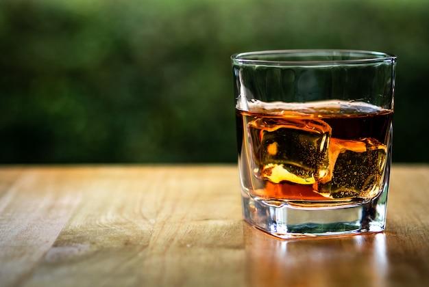 Glas auf dem felsen des kühlen whiskys