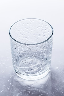 Glas auf dem tisch