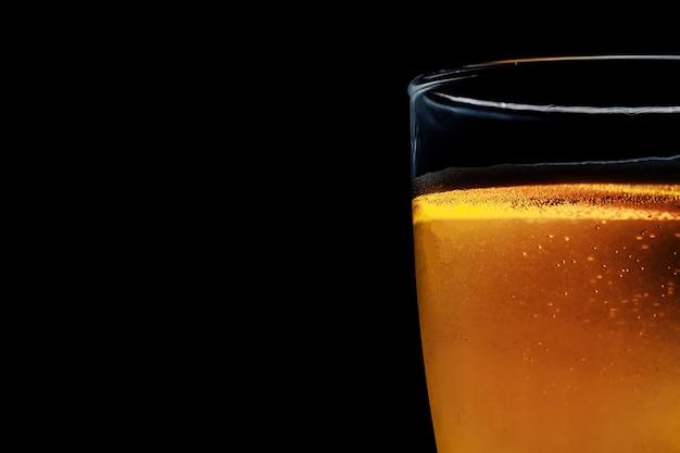 Glas bier auf einem dunklen hintergrund. nahaufnahmefoto. im dunklen schlüssel.