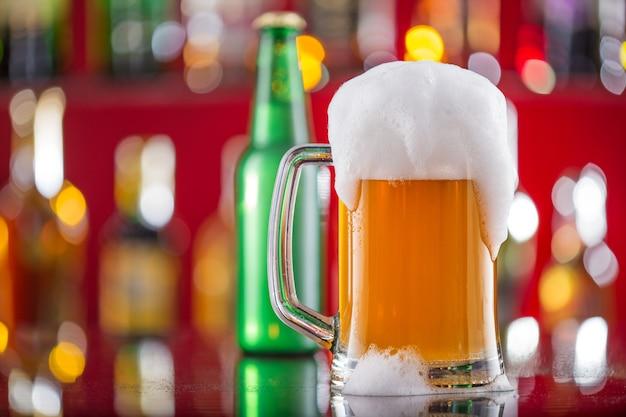 Glas bier auf tisch auf holztisch
