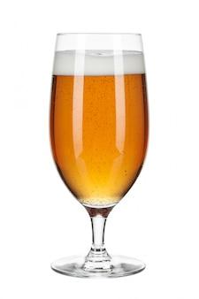Glas bier getrennt auf einem weiß