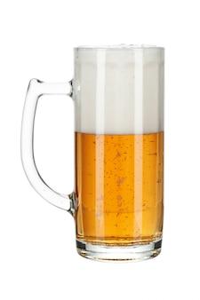 Glas bier getrennt auf einem weißen hintergrund