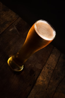 Glas bier in der dunkelheit