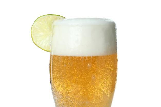 Glas bier mit kalk lokalisiert auf weiß