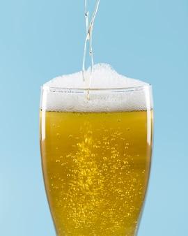 Glas bier mit schaum