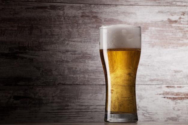 Glas bier über grunge hintergrund