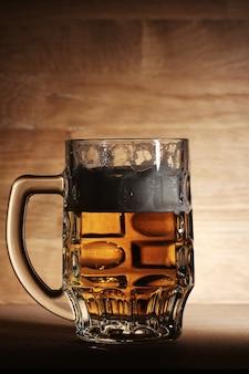 Glas bier über holzoberfläche