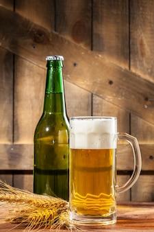 Glas bier und bierflasche