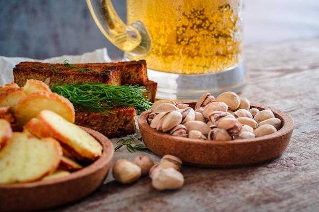Glas bier und snacks
