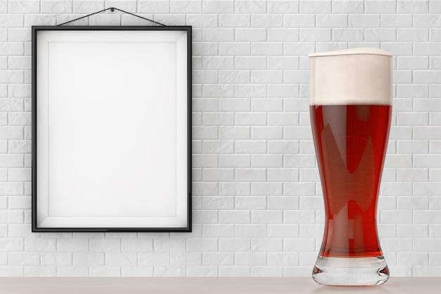 Glas bier vor backsteinmauer mit blank frame extreme nahaufnahme
