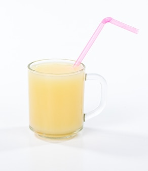 Glas bio-orangensaft isoliert auf weißer oberfläche