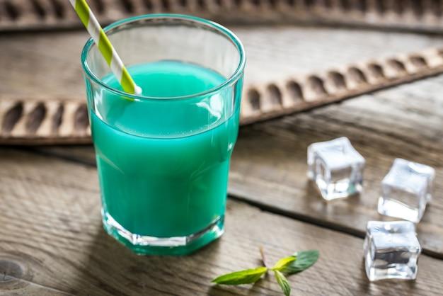 Glas blauer curaçao und saftcocktail
