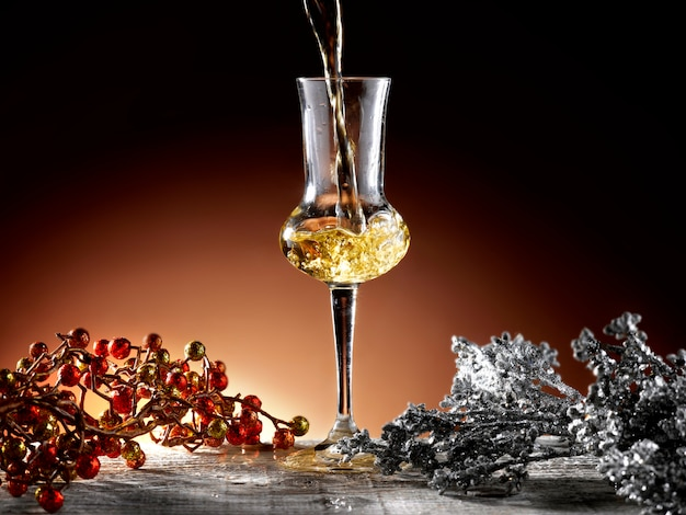 Glas brandy in weihnachtsdekoration