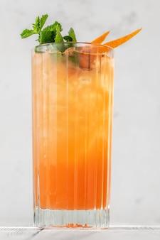 Glas carta switchel cocktail garniert mit frischer minze