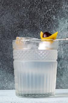 Glas casino cocktail garniert mit zitronenschale und maraschino-kirsche