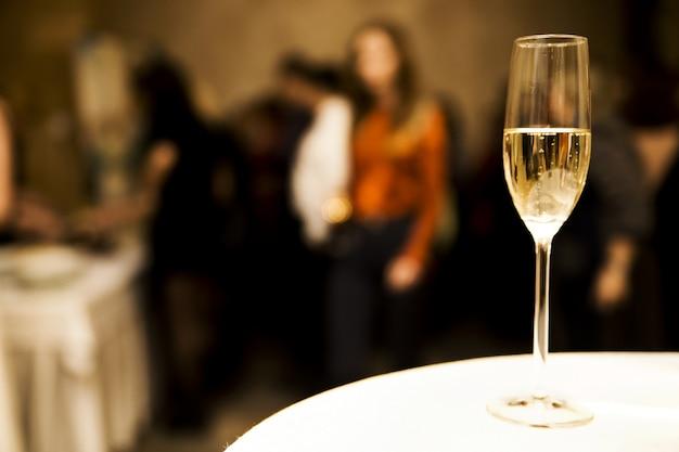 Glas champagner auf dem tisch