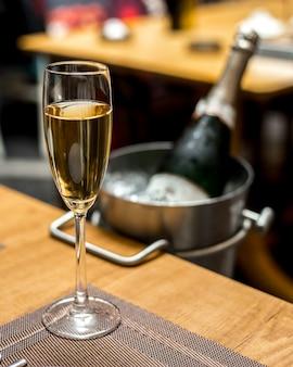 Glas champagner auf der tischseite vjew