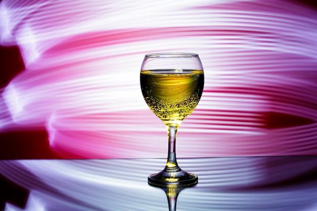 Glas champagner auf rot