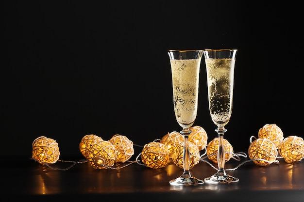 Glas champagner auf schwarz