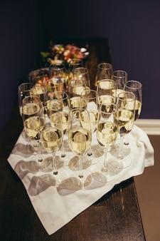 Glas champagner in einem restaurant