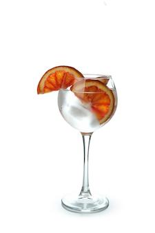 Glas cocktail mit grapefruit lokalisiert auf weißem hintergrund