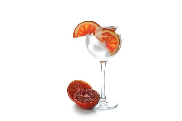Glas cocktail mit grapefruit lokalisiert auf weißer oberfläche