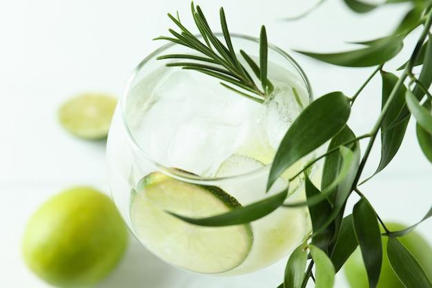 Glas cocktail mit limette, nahaufnahme