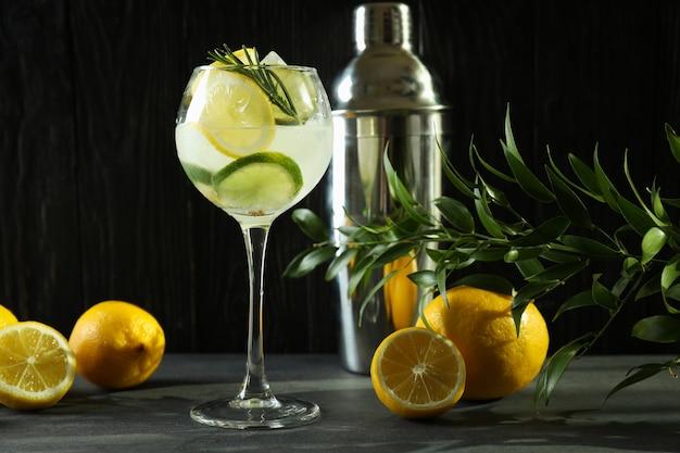 Glas cocktail mit zitrusfrüchten gegen hölzernen hintergrund