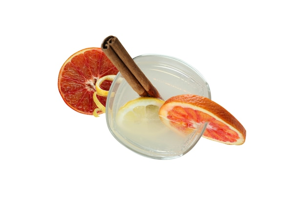 Glas cocktail mit zitrusfrüchten isoliert auf weißer oberfläche