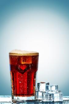 Glas cola mit eiswürfeln