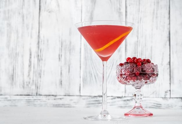 Glas cosmopolitan cocktail mit frischen preiselbeeren