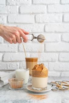 Glas dalgona-kaffee auf dem tisch