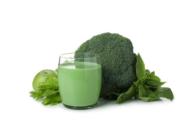 Glas des grünen smoothie und der bestandteile lokalisiert auf weißem hintergrund