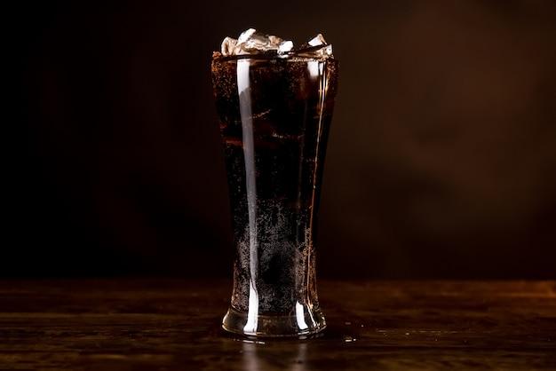 Glas des kalten erneuernden alkoholfreien getränks des kolabaums