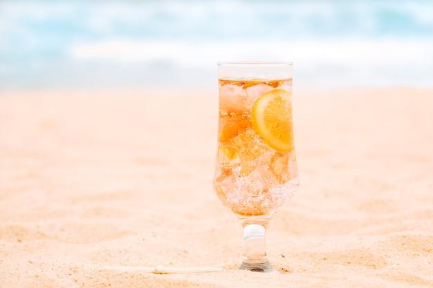 Glas des neuen orangensaftgetränks mit geschnittener zitrusfrucht