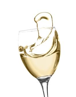 Glas des weißen spritzweins lokalisiert auf weiß
