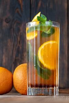 Glas dutch orange cup cocktail garniert mit orangenscheibe und frischen minzblättern