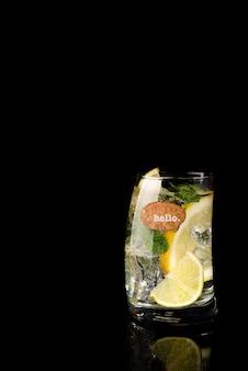 Glas eines kalten cocktailgetränks mit stärkungsmittel