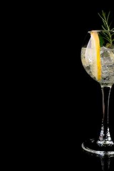 Glas eines kalten cocktailgetränks mit weißwein